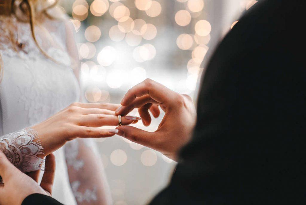 Las bodas, ¿cuánto paga la pareja y cuánto han de pagar los invitados e invitadas?