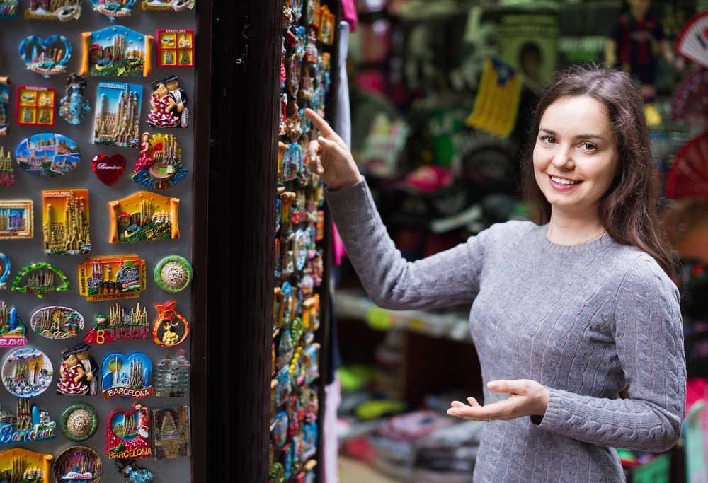 Las tiendas de souvenires españolas se preparan para la vuelta a la normalidad